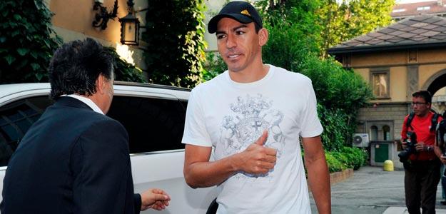 El defensa brasileño Lucio Ferreira (c) llega al hospital Fornaca para someterse a una revisión médica antes de fichar por la Juventus