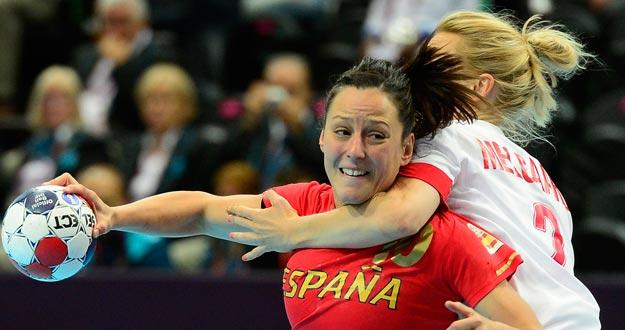 Macarena Aguilar intenta lanzar a puerta ante la oposición de la jugadora danesa.