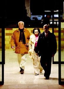 """El ex alto cargo de la Generalitat, Maciá Alavedra, imputado en la llamada """"operación Pretoria"""" contra la corrupción urbanística, acompañado por su esposa, a su salida, esta tarde, del centro penitenciario Brians 2."""