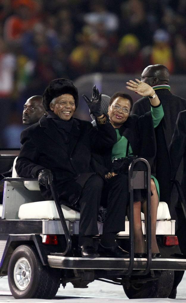 Madiba y su esposa Graca Machel, durante la ceremonia de clausura de la Copa Mundial de 2010 en Johannesburgo