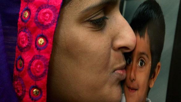 La madre de Sahil Saeed besa la fotografía de su hijo tras conocer su liberación