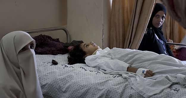 Maha al-Sheikh Khalil, una niña palestina de siete años, es atendida en el hospital de Al Shifa, Gaza, tras un ataque israelí en Shujaiya.