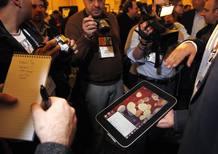 El tablet de Lenovo rodeado de medios de comunicación en la feria de electrónica de Las Vegas. REUTERS/Rick Wilking