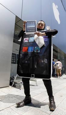 Locos por el iPad en Tokio, donde este japonés se ha disfrazado de lo último de