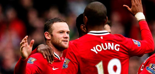 Wayne Rooney del Manchester United (i) celebra con su compañero Ashley Young (d)