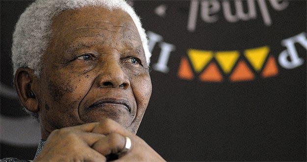 Mandela celebró su 90 cumpleaños en su casa de Ciudad del Cabo y junto a los suyos, en 2008.