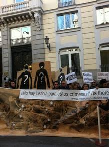 Organizaciones de la Memoria Histórica muestran una pancarta con una fosa del franquismo para apoyar a juez Garzón.