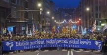 Miles de personas se manifiestan en Bilbao para reivindicar los derechos de los presos vascos.