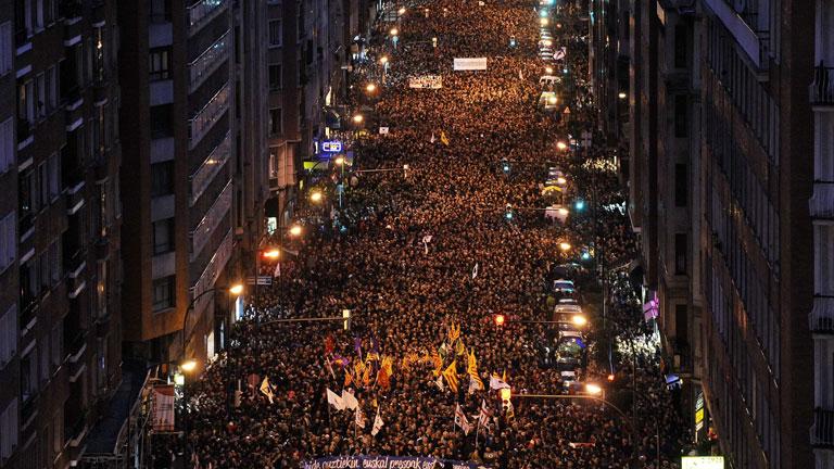 Multitudinaria manifestación en Bilbao en defensa de los derechos de los presos de ETA