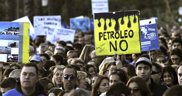 Manifestación en Palma de Mallorca contra las prospecciones petrolíferas en el mar balearel sábado 22 de febrero.