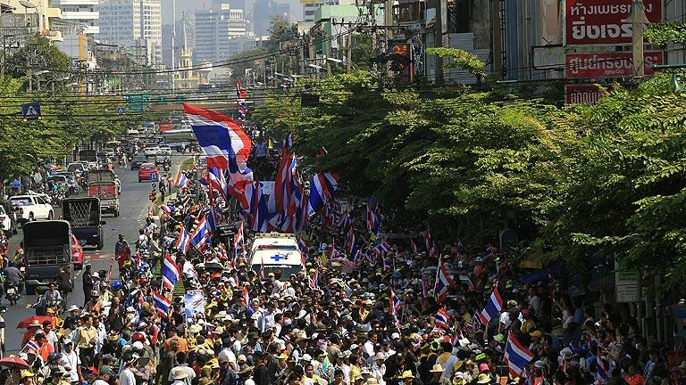 Los manifestantes antigubernamentales tailandeses se movilizan para bloquear Bangkok