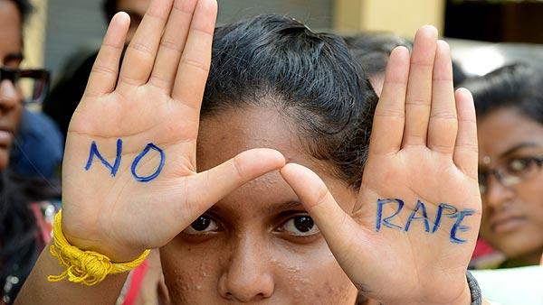 """Una manifestante muestra en sus manos la frase """"Violaciones no"""" durante una protesta en Hyderabad, India, este viernes"""