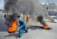 Un manifestante paquistaní quema neumáticos en Rawalpindi para protestar por el vídeo ofensivo sobre Mahoma