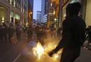 Un manifestante prende fuego frente al Banco de Inglaterra en Londres
