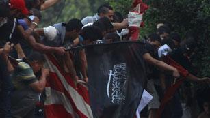 Ver vídeo  'Manifestantes arrancan la bandera de la embajada de EE.UU.'