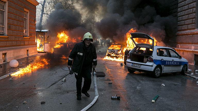 Manifestantes atacan en Sarajevo la sede de la presidencia bosnia