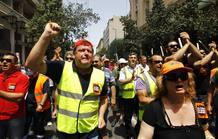 Manifestantes gritan eslóganes contra los recortes y las privatizaciones del rescate.