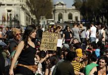 Manifestantes en la Plaza de Cibeles, en Madrid, con motivo de la huelga general