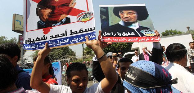 Manifestantes protestan contra el candidato presidencial Ahmed Shafiq frente a la sede del Tribunal Constitucional egipcio