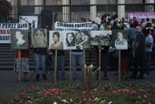 Un grupo de manifestantes piden justicia a las puertas de la Corte Suprema de Guatemala, donde se juzga por genocidio al exdictador Ríos Montt