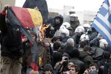 Manifestantes queman una bandera alemana durante una de las manifestaciones que han acabado en la Plaza Sintagma