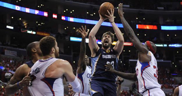 El jugador de Grizzlies Marc Gasol se dirige a canasta ante la marca de Blake Griffin y Reggie Evans, de los Clippers.