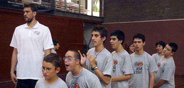Marc Gasol junto a varios niños durante su participación en el clinic Baloncesto sin Fronteras.