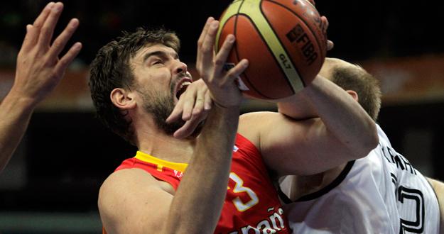 Marc Gasol pelea la bola ante la presión del alemán Kaman.