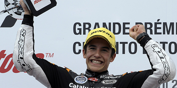 Marc M&aacute;rquez celebra su victoria en el podio de Estoril.