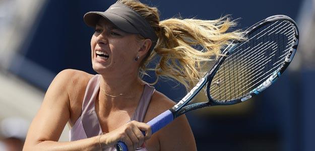 Maria Sharapova devuelve la bola a la francesa Marion Bartoli en el US Open