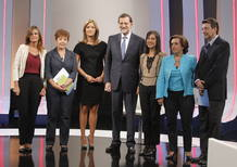 El presidente del Gobierno, Mariano Rajoy, momentos antes de la entrevista en la 1 de TVE, esta noche en los estudios Buñuel, posa junto a las periodistas (izq a dcha) Pilar González, Carmen del Riego, María Casado, Anabel Pérez, Victoria Prego e Ign