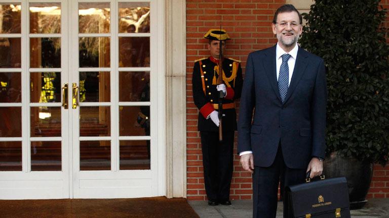 Ver vídeo  'Mariano Rajoy llega solo y a pie al Palacio de La Moncloa, ante cientos de periodistas'