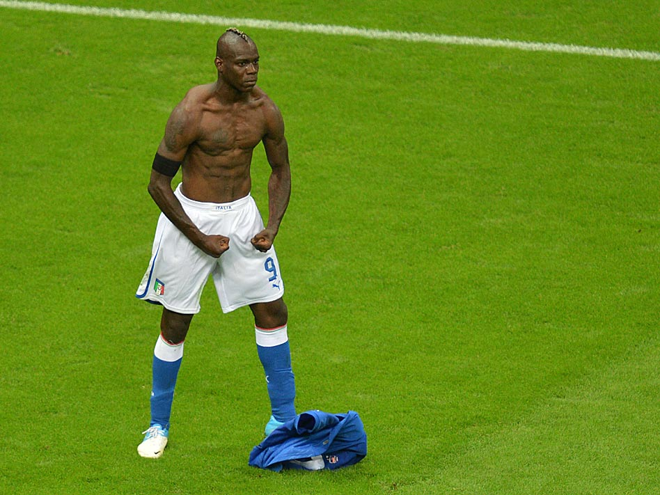 Mario Balotelli caus&oacute; sensaci&oacute;n en la Eurocopa de Polonia y Ucrania tras celebrar de esta forma su gol ante Alemania en las semifinales. El italiano perdi&oacute; su fuelle en el partido contra Espa&ntilde;a en la gran final.