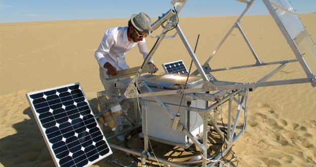 Markus Kayser en pleno proceso de fabricación de un objeto en Egipto en 2011.