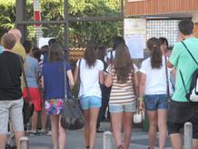 Marta, Casilda, Rocío y Andrea se dirigen al aula donde las han examinado