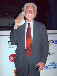 Martin Cooper, inventor del teléfono móvil, presenta el primer dispositivo en 1983.