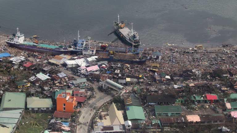 Más de 10.000 muertos por el paso del tifón Yolanda en Filipinas