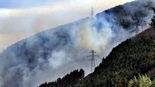 Ver vídeo  'Más de 200 bomberos trabajan en la extinción de los incendios del Pirineo leridano'