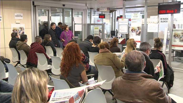 Más de 700.000 desempleados llevan en paro tres años o más