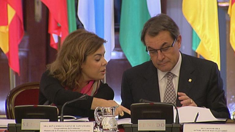 Artur Mas lee con gesto serio el documento de trabajo de la Conferencia de Presidentes