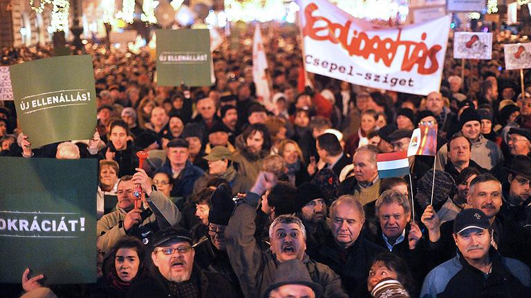 Masiva protesta en Hungría por los recortes democráticos de la nueva Constitución