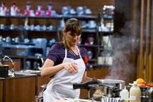 Eva, durante la preparación del plato