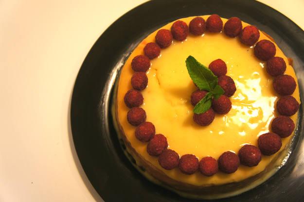 Tarta de queso con cobertura de chocolate blanco y frambuesas