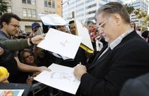 Matt Groening firma un dibujo suyo a un fan de la serie