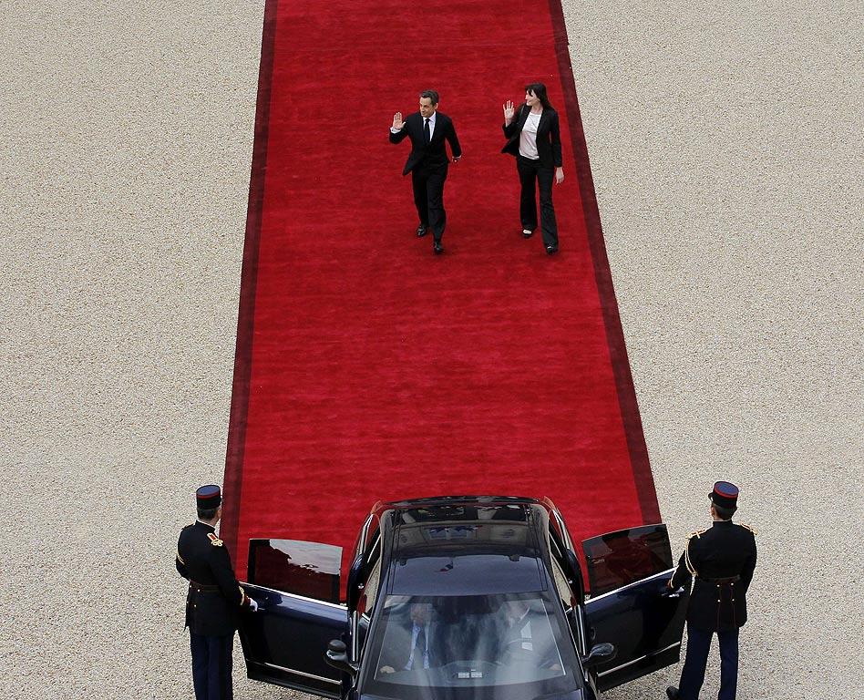 En mayo, Nicolás Sarkozy dejó el Elíseo, tras su derrota ante el socialista François Hollande. En esta icónica instantánea, el expresidente galo y su esposa Carla Bruni salían a pie del palacio presidencia.