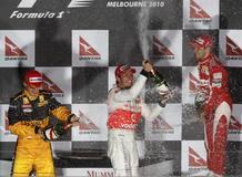 Jenson Button celebra su victoria en el GP de Australia subido al podio junto al segundo, Robert Kubica (Renault) y el tercero, Felipe Massa (Ferrari)