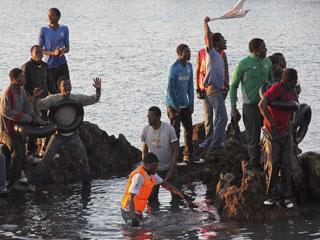 Ver vídeo  'Medio centenar de inmigrantes subsaharianos llegan a Ceuta a nado'