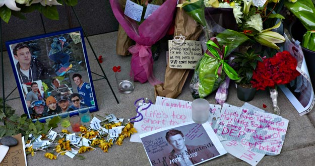 Imagen del memorial instalado a las puertas del hotel donde fue encontrado muerto Monteith, con fotos del actor y ramos de flores de sus fans