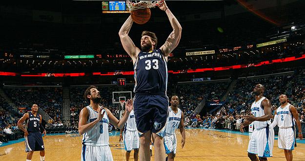 Marc Gasol, de los Memphis Grizzlies, machaca ante la presencia de Marco Belinelli, de los New Orleans Hornets.