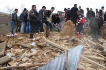 Varias personas buscan entre los escombros de una vivienda en Okcular, Turquía, después del terremoto de 6 grados de magnitud